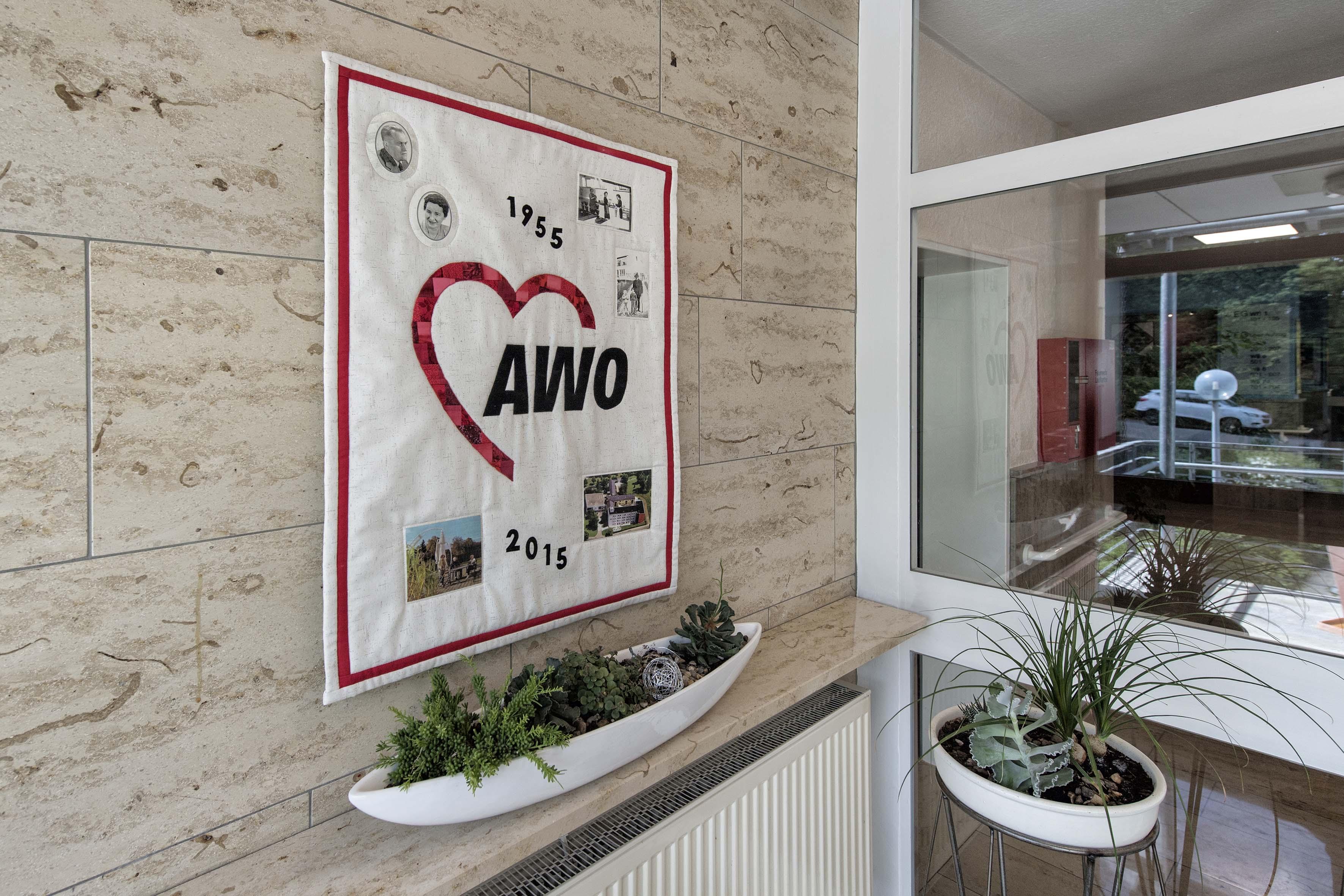 Diese Bild zeigt einen handgefertigten Wandbehang mit AWO-Emblem