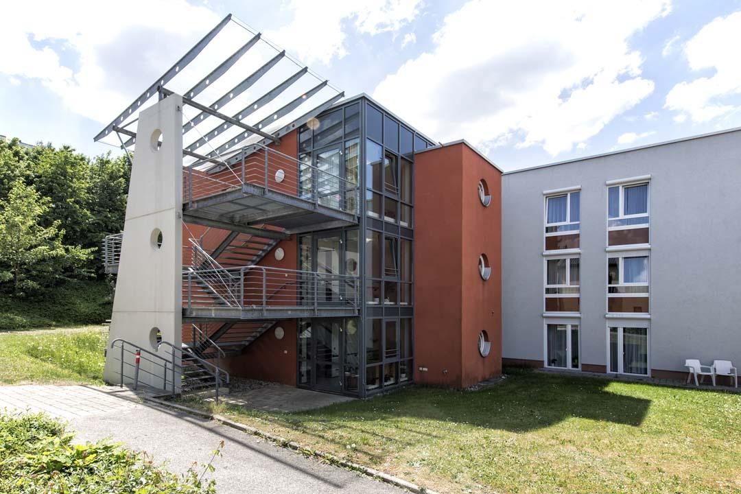 Dieses Bild zeigt das AWO Seniorenzentrum Weißenburg von außen: ein moderner Anbau mit vielen Fenstern
