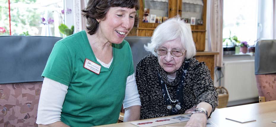 Dieses Bild zeigt eine Betreuerin mit einer Seniorin beim Spielen